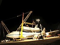 NASAが公開したスペースシャトルの積み下ろし作業の様子。シャトル輸送機