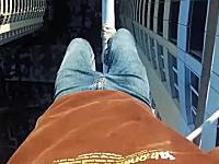 高所恐怖症たまひゅん動画。28階建て高層マンションの屋上で無茶する男