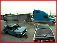 目の前で起きた死亡事故の瞬間。左折する車にトラックが突っ込む。ロシア