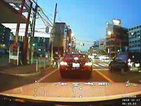 大阪で撮影された無謀運転。歩道で火花を散らしながら追い越しするベンツ