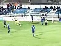 悲しいサッカー動画 ゴールを決めた選手が観客にボコられるwwwwwww
