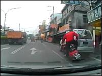 よそ見していた?路駐しているバンにまともに突っ込んでしまうスクーター