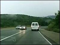 ロシアの交通事故動画。事故った車から女性と小さな子供が投げ出される