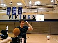 これは酷いギャルの顔面ばちーん!アクシデントwwバスケの神動画を・・・。