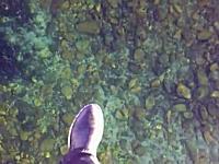 ロシアは湖もおそ(略)。透明すぎる氷で覆われた湖の上を歩くテクテク動画