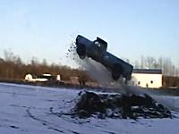 これは飛びすぎワロタwwwな外人のお馬鹿ジャンプ動画2つ。怖いだろwww