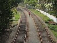 自殺志願者?ヤク中?線路の間を歩いていた男性がギリギリで危ない動画