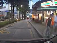 人通りのある狭い下り坂でブレーキが効かない!恐怖の30秒間ドラレコ映像
