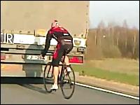 ブレーキ踏まれたら死亡。90kmで走るトラックにぴったりマークすぎる自転車