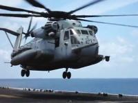 軍用ヘリコプターのピット作業。車輪故障で飛んだ状態で作業員が潜り込む