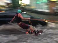 おもロシア。洪水で水没した道路でウェイクボードを楽しむロシア人たちww