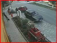 よく生きてたな。駐車中の車に猛スピードで突っ込みぶっ飛ぶライダー(@_@;)