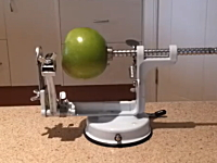 このリンゴの皮むきマシーンが凄い。一度に皮むき芯抜きスライスまでできる