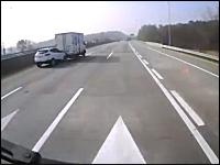 なんだこのスピード差。走行中の箱車に猛スピードで突っ込んで横転。韓国
