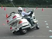 GL1800ホンダ・ゴールドウイングでスラローム走行。こんな運転できるんだ。