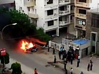 おい野次馬どうなった。路肩で炎上していた車が大爆発してしまう瞬間の映像