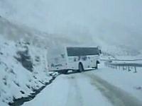 凍結路でクールに直ドリを決めまくっているバスwww乗客は怖いだろうなあ。