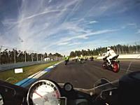 鉄の塊がギリギリひやっと動画。バイクレースで前方のバイクが事故して怖い