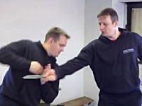 ナイフで襲われた時の対処方法。ロシアの軍隊格闘術「システマ」に学ぶ。