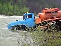 おい待てwwそこは川だww道無き道をゆくロシアのトラックドライバーたち。