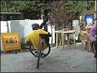 異常なバランス感覚。普通っぽい自転車を自在に操る曲乗りを披露する男性