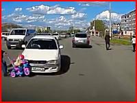 お母さんに押された赤ちゃんが猛スピードで突っ込んできた車にはねられる
