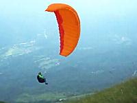 急旋回したパラグライダーが激しく斜面に叩きつけられた!と思ったら・・・。