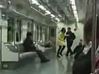 地下鉄の電車内でタバコを吸う女性に男性の右ビンタが「パチーン」と炸裂。