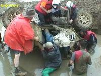これは危ない。泥水の中で逆さまになってしまったジープから乗員を救出60秒