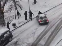 おいヤバイ誰か止めろ。凍結した坂を滑り落ちてくる車をすっと受け止めた男