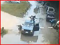 6人組のギャングがトラックの荷台から突然軽機関銃を発砲。衝撃映像注意