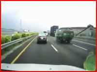 中国の恐ろしすぎるドラレコ。高速道路で前輪をパンクさせたトラックがどーん