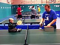 18ヶ月からの英才教育?卓球ボーイが可愛い。これはほのぼのしました。