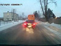まったく止まる気が無い追突事故。加速中にそのまま止まってる車にドーン