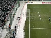 海外サッカーでは観客のチームワークも凄い動画。雪玉で大爆撃wwwww