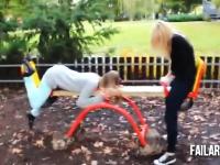 子供の為の遊具で大人が遊んでアウチwwwYouTube失敗映像集「公園編」