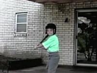 これはコントの様なハプニング映像。パパさんと息子の「Oh...SHIT!」www