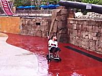 これは酷いwww遊園地で遊び疲れて眠ってしまった子供に極悪なイタズラ。
