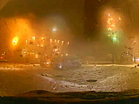 東北?雪国を走行中、車列の隙間から自転車が飛び出してくるドラレコ動画