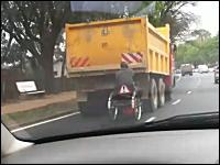 ええええ!?トラックの後ろに凄い車イス!?あれっ!なんだこれwwwww