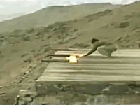 軍事動画。発射装置なしに砲弾だけで発射するゲリラ。アフガニスタンの場合
