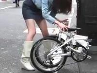 可愛い女の子たちが折り畳み自転車を路上で折りたたんでいる動画www
