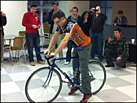 自転車屋さんもビックリ。わずか40秒間で自転車のチューブ交換を行う早業。