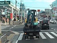 京都府。ガソリンスタンドに入る重機に激突しちゃう大型トラックの車載映像。