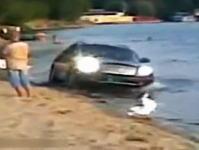 何がしたいんだ?ビーチで車ブーンブーン そして自分で水没させちゃう