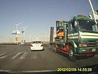 教習車を相手に危険な追い越しをする爆走車を撮影したドライブレコーダー