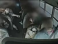 バス運転手が走行中に心臓マヒを起こし意識失う。その時一人の少年が!