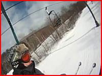 スキーヤーがコース脇の木に衝突して死亡。その瞬間をリフト上から偶然撮影