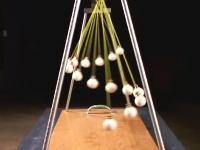 振り子の運動面白いな動画。紐の長さが違う15個の振り子が不思議な動き
