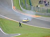 なぜそんな所に。コース脇にいたルノーのスタッフがマシンに轢かれる事故